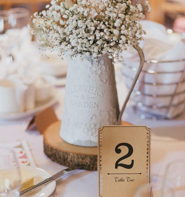 Decoración floral en las mesas para eventos